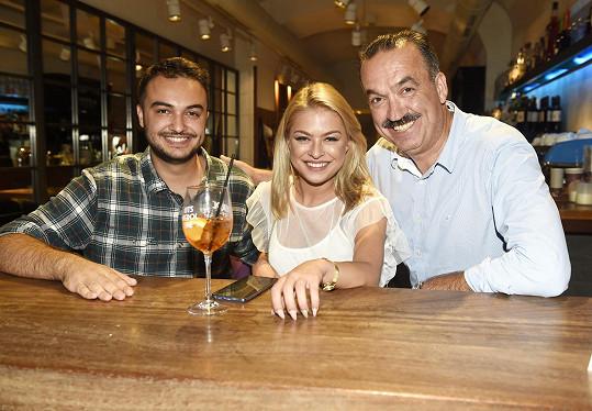 Niko s modelkou Kristýnou Kubíčkovou a svým otcem, který pozval všechny finalistky v Praze na večeři do své restaurace.