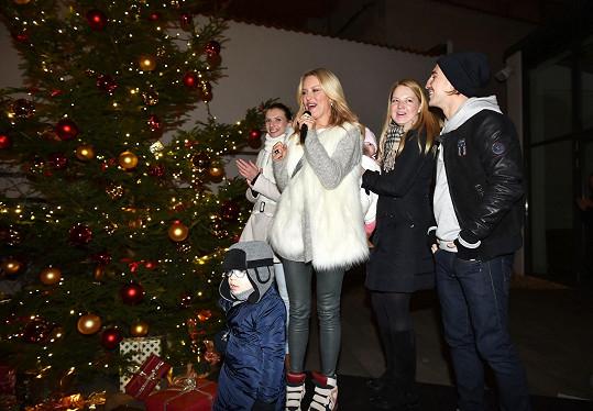 Monika, Simona Krainová a Karolína Milerová u rozsvíceného stromu na nádvoří bývalého kláštera, z něhož je nyní hotel.