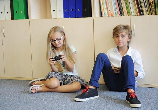 Mezi záběry hrají na mobilech hry.