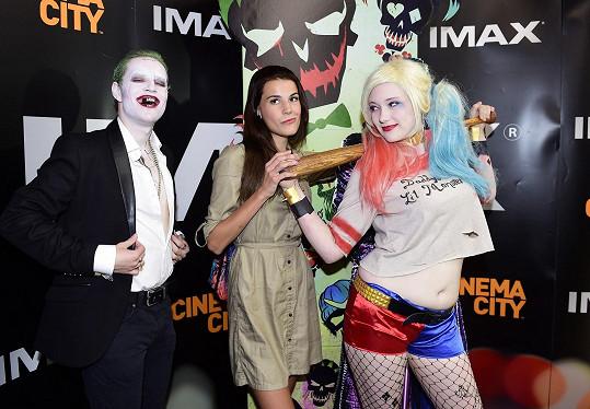 Monika Timková v kině před projekcí Sebevražedného komanda se záporáky Jokerem a Harley Quinn