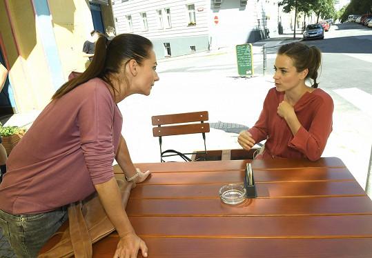 Gabriela (vpravo) během debaty s kolegyní Sandrou Novákovou, která se podílela na vzniku scénáře.