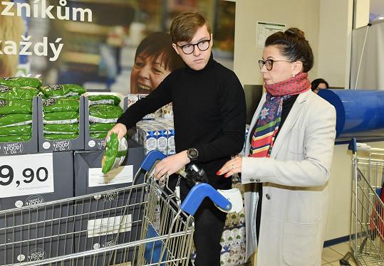 Syn pomáhal při nákupu během potravinové sbírky.