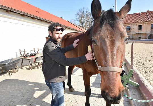 ... jízdu na koni přenechal raději dceři.