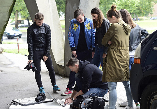 Šéfredaktorka magazínu Karolína Otevřelová a její tým kontrolují záběry.