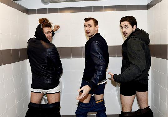 Kluci mají záchodky i v novém klipu...