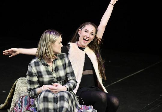Elis s Natálií Grossovou předvedly na jevišti GoJa Music Hall dialog dvou čarodějek.