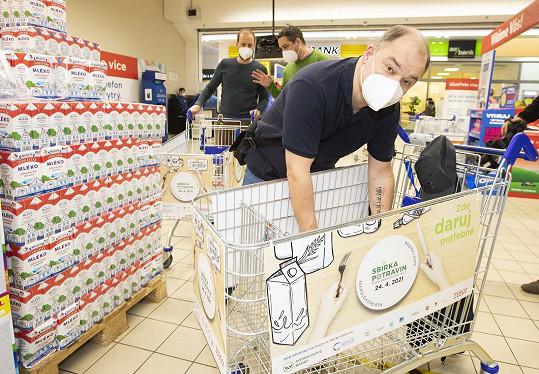 Herec se zapotil při vyndávání nejen potravin a drogerie u pokladny.