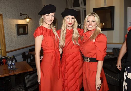 A s kolegyněmi modelkami Veronikou Chmelířovou a Karolínou Mališovou (uprostřed).