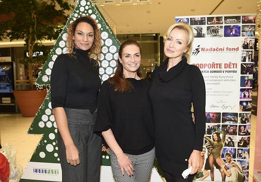 S Hankou Kynychovou a Kateřinou Brožovou se setkala na charitativní akci Dopisy Ježíškovi v obchodním centru ve Štěrboholích.
