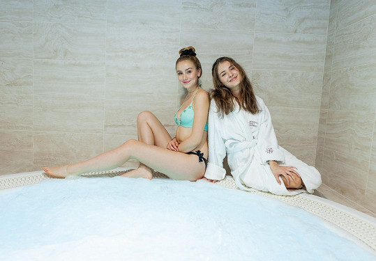 S kamarádkou a hereckou kolegyní Sarou Sandevou