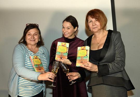 Na křtu s ředitelkou vydavatelství Motto Romanou Přidalovou a kmotrou Berenikou Kohoutovou