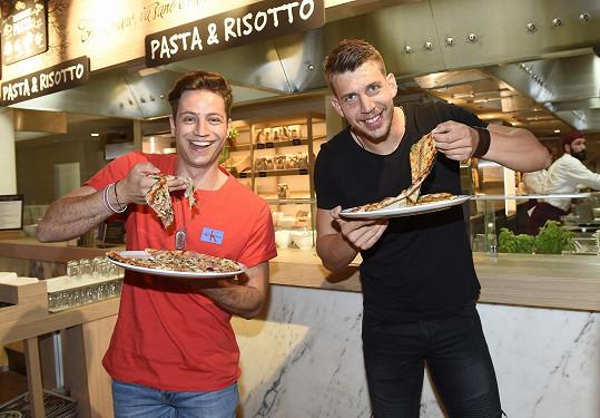 S Milanem jsme se potkali na otevření italské restaurace, kde se cpali pizzou s kolegou Petrem Pechou.
