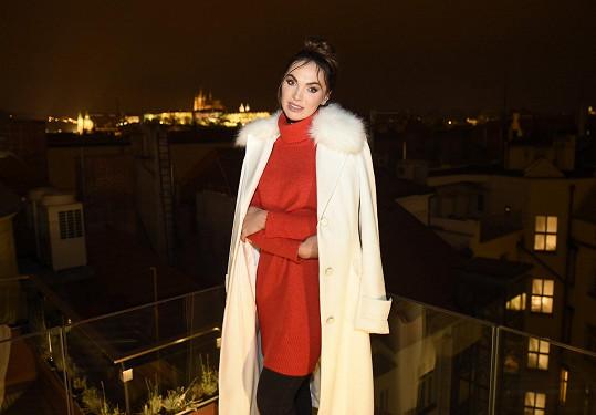 Na Prahu shlížela z výšky z terasy hotelu, v němž se odehrávala poslední scéna.