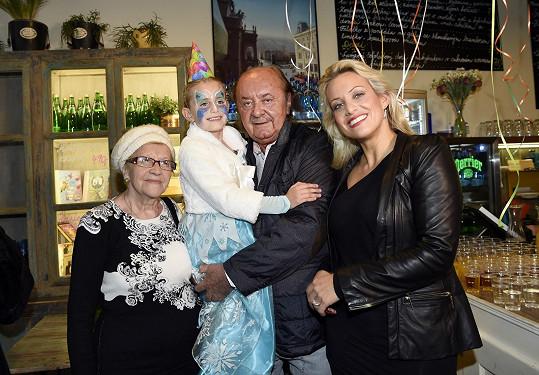 S maminkou Terezou Mátlovou, tátou Františkem Janečkem a jeho sestrou