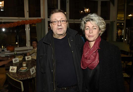 Milan Šteindler s přítelkyní Kateřinou Krátkou při příchodu na křest
