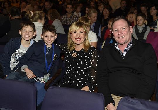 V hledišti Divadla Broadway nechyběla ani Štěpánka Duchková s partnerem a dvojčaty Adamem a Honzíkem.