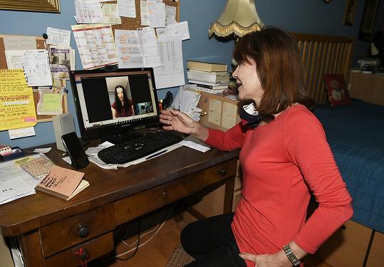 Dolinová z pracovny vyučuje po skypu studenty konzervatoře.