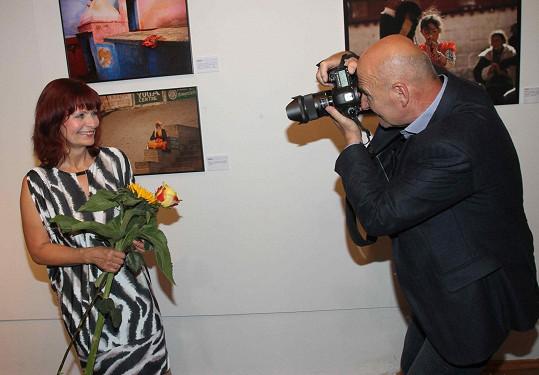 Na nedávné vernisáži fotek Ljuby Krbové si ji vyblejskl její manžel Ondřej Neff.