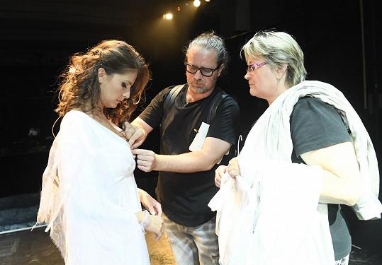 Úpravy šatů, které bude mít Betka v představení nově.