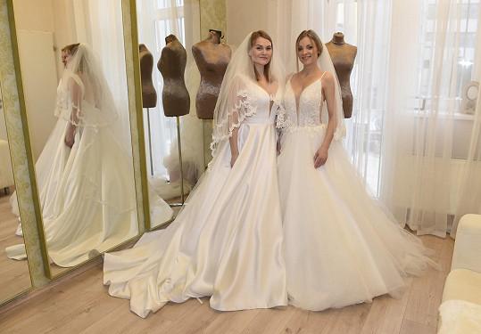 Elis a Nikola vypadají jako nevěsty se závojem nádherně.