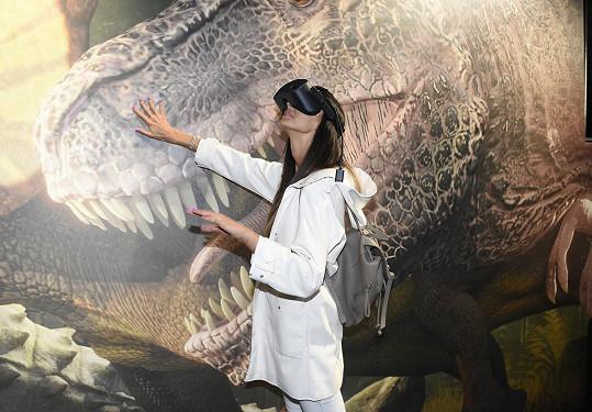 Vyrazila na opening virtuální reality s dinosaury.