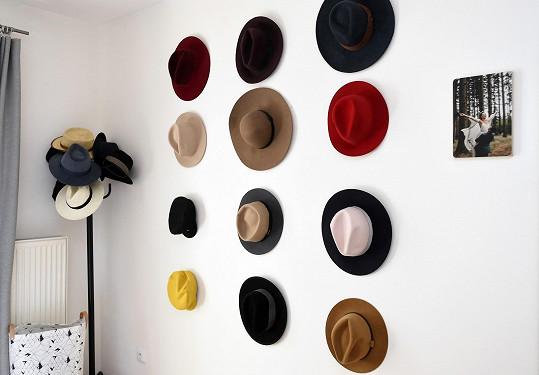 Kráska si originálně vyzdobila zeď v ložnici oblíbenými klobouky.