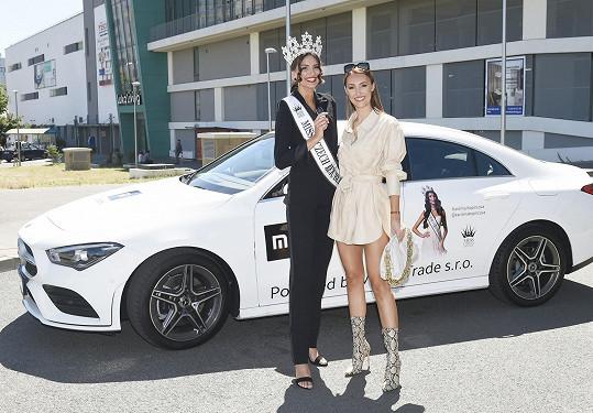 V rámci výhry dostala Karolína (na snímku s ředitelkou soutěže Taťánou Makarenko) k užívání automobil. Součástí je i parkovací stání.