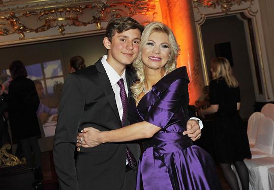 Natali k přehlídce gratuloval její syn, který ji už přerostl.