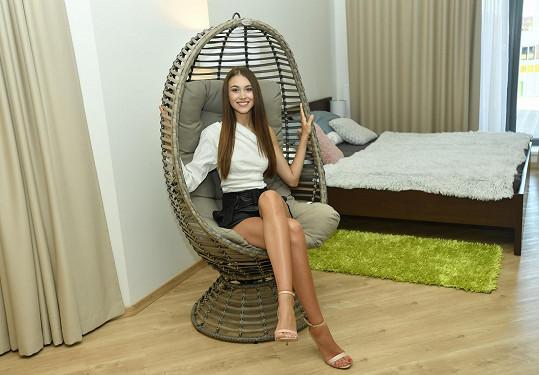 Denisa dostala byt už zařízený, z domova si přivezla jen velké křeslo.