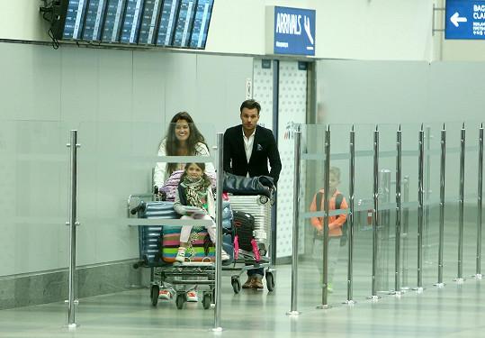 Leoš Mareš a Petra Faltýnová v příletové hale pražského letiště
