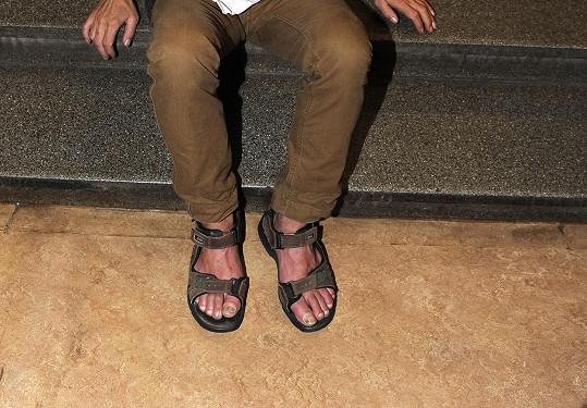 ...bohužel předvedl i nehty na nohou v sandálech.