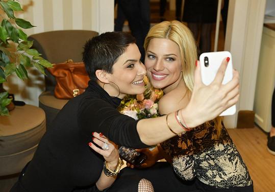 S Evou Perkausovou si udělaly selfie.