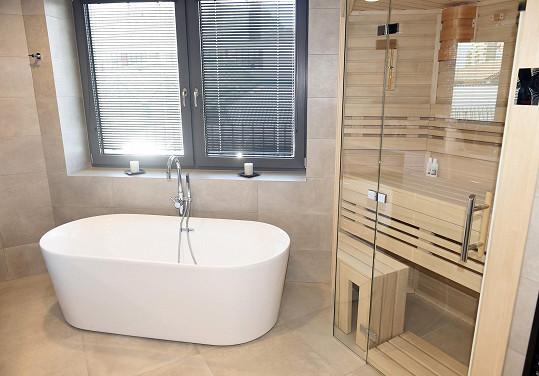 Kromě vany se sem všela i sauna.