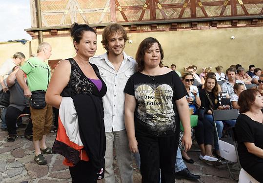 V hledišti se objevil například Filip Tomsa s manželkou a sestrou.