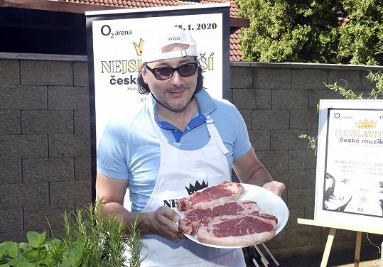 Vojtko miluje v létě grilování masa.