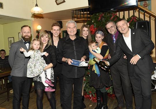 Kmotři cédéčka Vánoční hvězdy v čele s dirigentem a hudebním režisérem Milanem Wolfem.