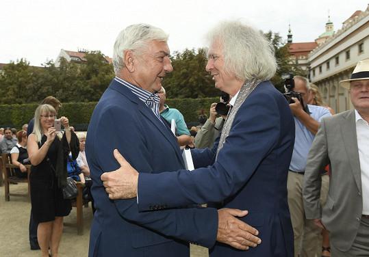 K nové knize mu gratuloval i Miroslav Donutil.