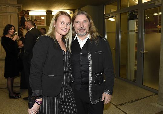 Petr Kolář je po boku přítelkyně Lenky Chlupáčové evidentně šťastný.