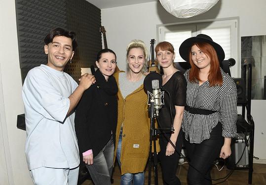 Na natáčení mashupu písní z devadesátek přijaly pozvání členky kapely Holki.
