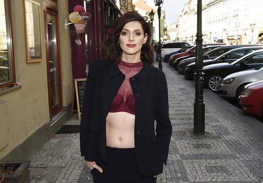 Klára si často od herectví odskakuje k modelingu.