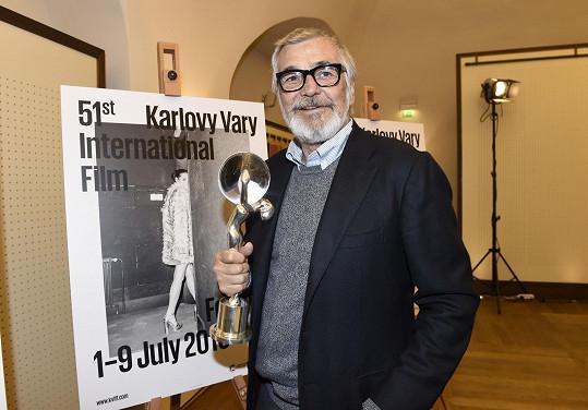 Jiří Bartoška s novým karlovarským plakátem a cenou