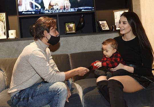 Elliota během rozhovoru se Super.cz zajímal hlavně červený mikrofon.