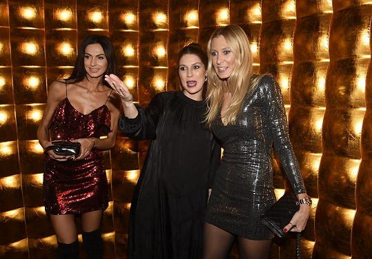 Zpěvačka s modelkami Eliškou Bučkovou a Kateřinou Průšovou na párty kasina ve Vestci, které darovalo peníze pro její charitu.