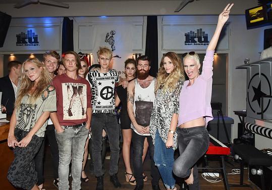 Bláža Hlasová s dalšími modely a modelkami na módní přehlídce.