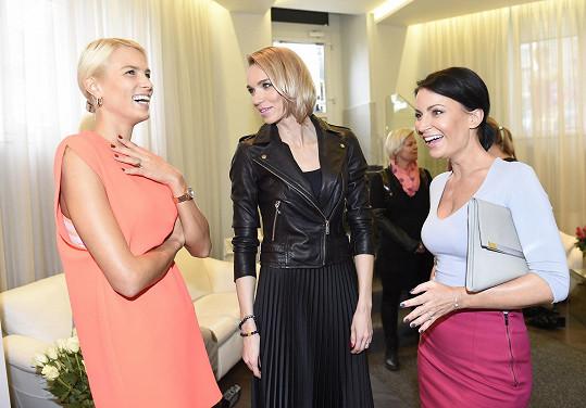 Gábina v družném rozhovoru s kamarádkami Klárou Kováčovou a Hankou Reinders na narozeninové párty domovského salonu krásy.