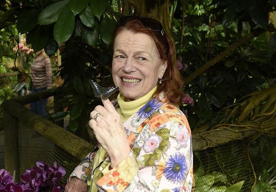 Herečka na zahájení výstavy motýlů v botanické zahradě.