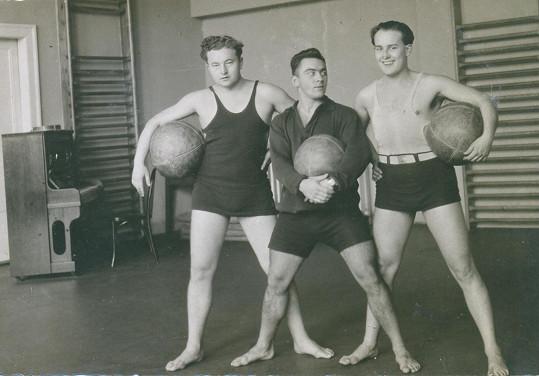 Werich s Voskovcem pěstovali kult těla. Tady jsou v legendární posilovně Huga Slípky, který byl také členem Osvobozeného divadla.