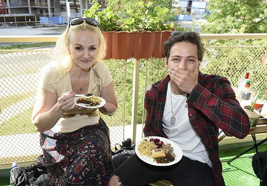 Zdravou stravu pojídal se svou lektorkou zpěvu Lindou Finkovou.