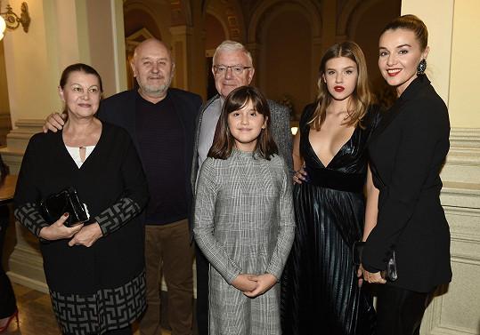 Rodinný snímek po přehlídce i s tátou, sestrou a prarodiči