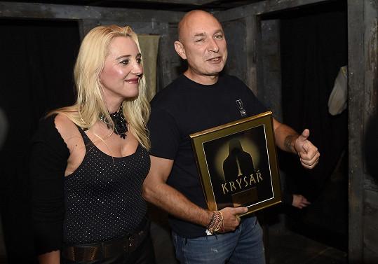 Landa s manželkou Mirjam, která Krysaře v Kalichu režírovala.